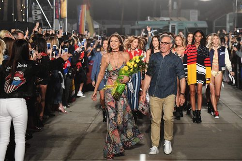 Tommy Hilfiger y Gigi Hadid en el desfile de la colección primavera/verano 2017 'TommyxGigi'