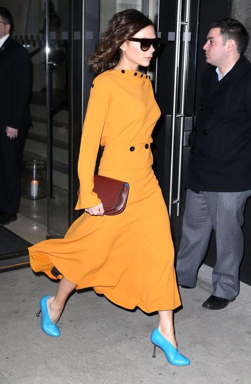 Victoria Beckham con un total look mostaza en las calles de Nueva York