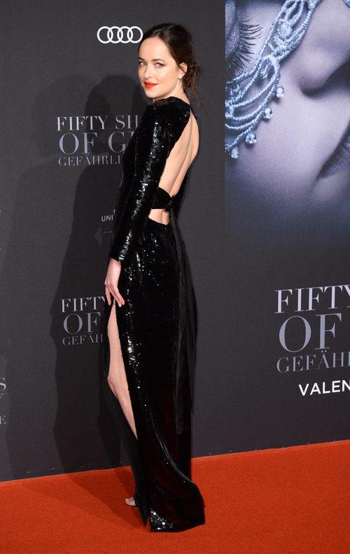 Dakota Johnson vestida de Yves Saint Laurent en la premiere de 'Cincuenta sombras más oscuras' en Hamburgo