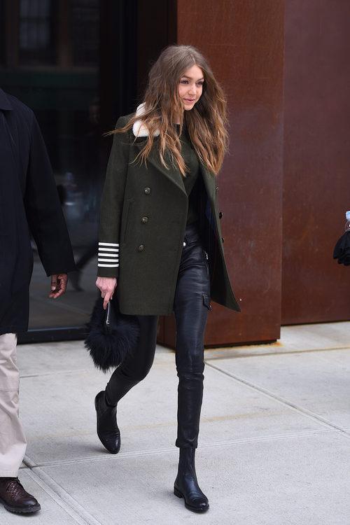 Gigi Hadid con un look army en las calles de Nueva York