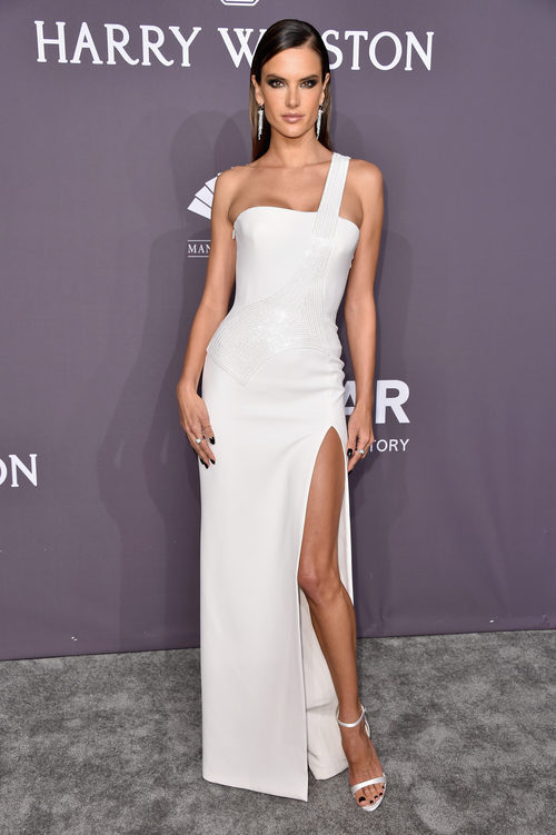 Alessandra Ambrosio con un total look white en la gala amfAR 2017