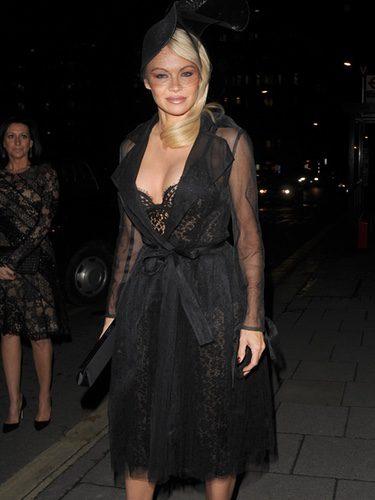 Pamela Anderson con un total black en las calles de Londres