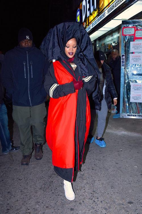 Rihanna con un abrigo largo en las calles de Nueva York