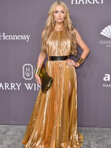 Paris Hilton con un vestido dorado en la Gala amfAR 2017