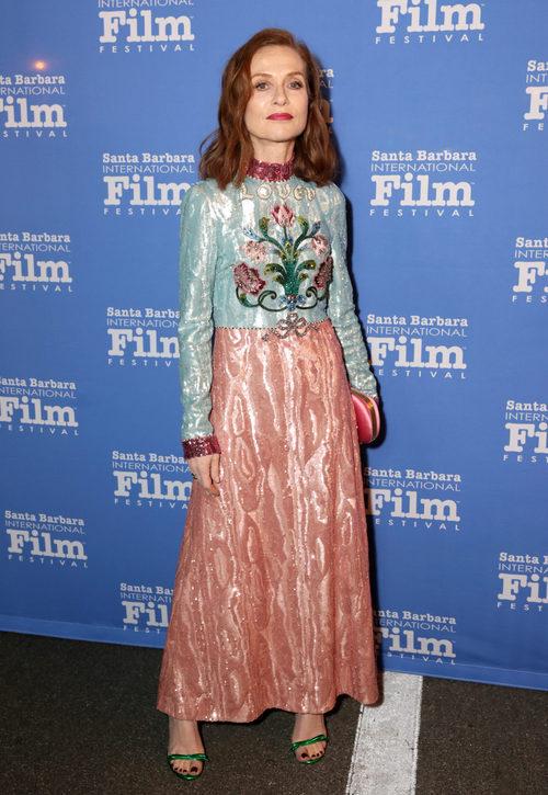 Isabelle Huppert con un look de terciopelo en el Festival Internacional de Cine de Santa Bárbara