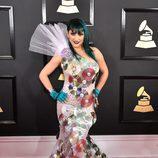 Jacqueline Van Bierk con un vestido con CD's en los Grammy 2017