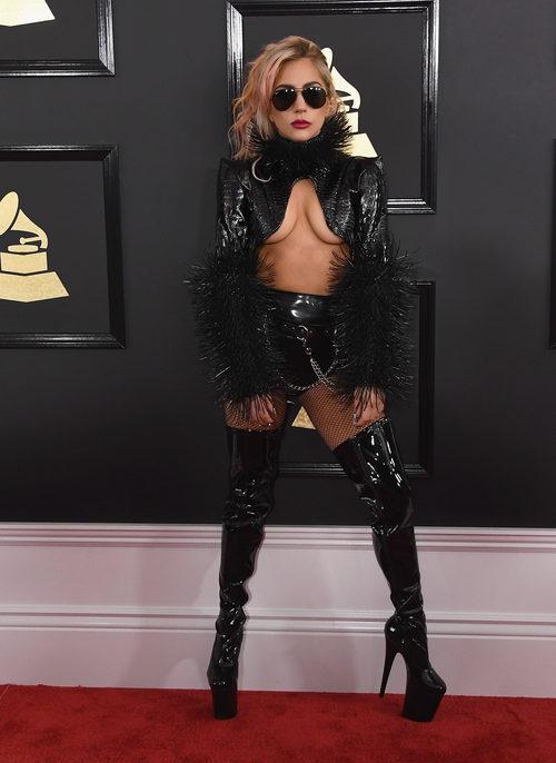 Lady Gaga con un look rocky en los Grammy 2017