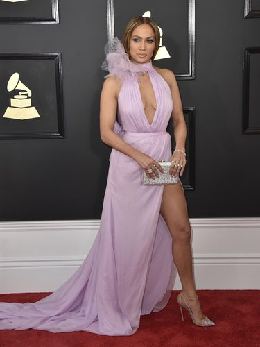 Jennifer Lopez con un vestido femenino en los Grammy 2017