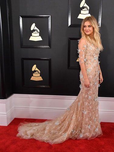 Kelsea Ballerini con un vestido de flores en los Grammy 2017