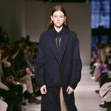 Abrigo de paño azul de Victoria Beckham otoño/invierno 2017/2018 en la New York Fashion Week