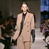 Traje color camel de Victoria Beckham otoño/invierno 2017/2018 en la New York Fashion Week