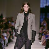Traje gris de Victoria Beckham otoño/invierno 2017/2018 en la New York Fashion Week