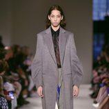 Abrigo de paño largo de Victoria Beckham otoño/invierno 2017/2018 en la New York Fashion Week