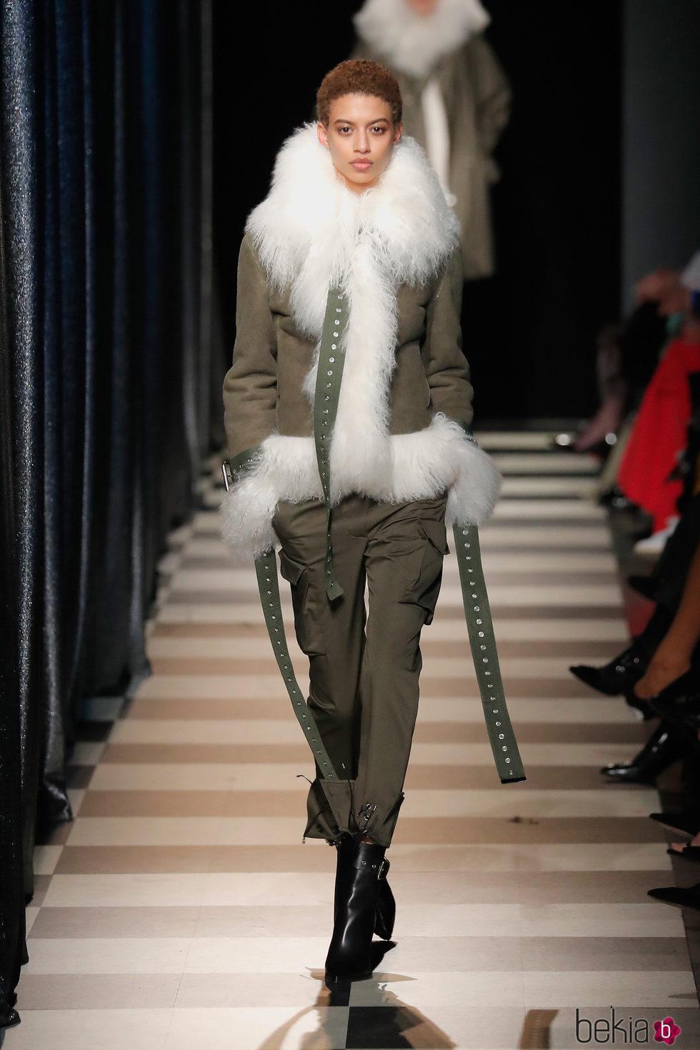 Abrigo de pelo de Monse otoño/invierno 2017/2018 en la New York Fashion Week