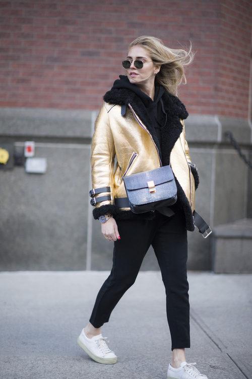 Chiara Ferragni con una chaqueta dorada en las calles de Nueva York