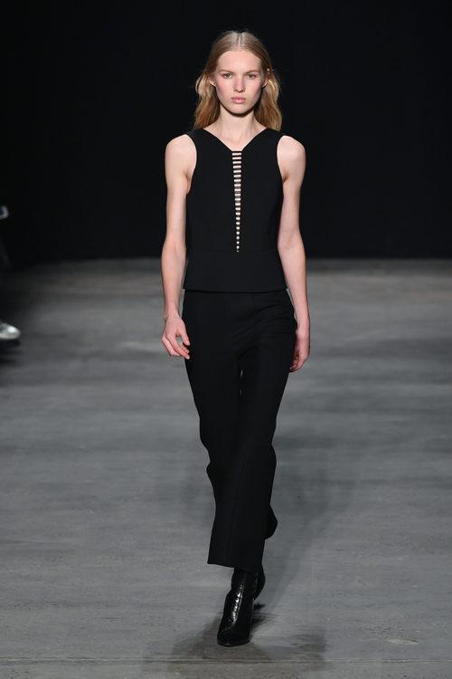 Vestido negro de Narciso Rodriguez otoño/invierno 2017/2018 en la New York Fashion Week