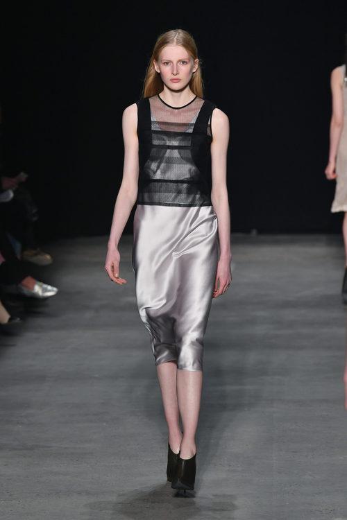 Falda metalizada de Narciso Rodriguez otoño/invierno 2017/2018 en la New York Fashion Week