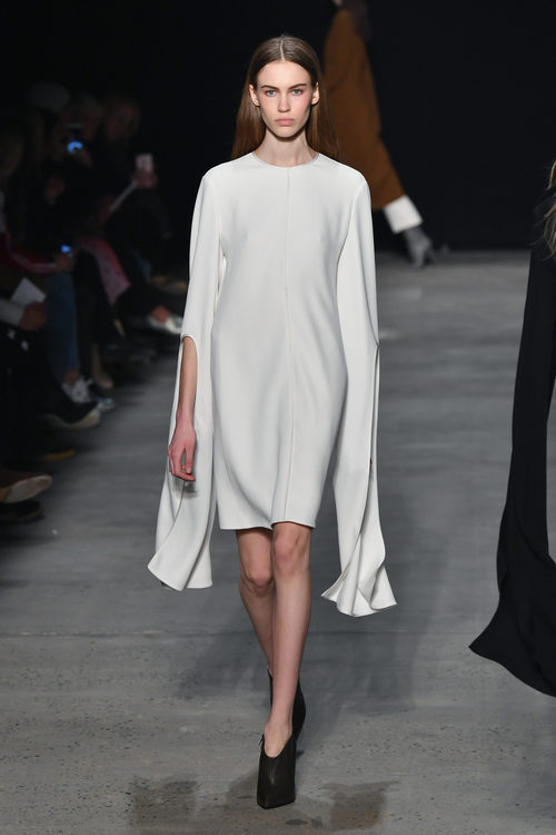 Vestido con capa de Narciso Rodriguez otoño/invierno 2017/2018 en la New York Fashion Week