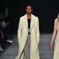 Abrigo de paño de Narciso Rodriguez otoño/invierno 2017/2018 en la New York Fashion Week