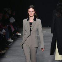 Traje de chaqueta de Narciso Rodriguez otoño/invierno 2017/2018 en la New York Fashion Week