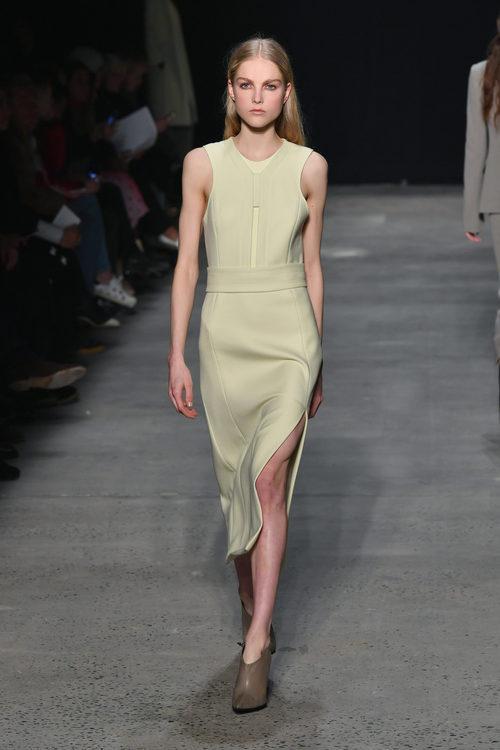 Vestido de corte recto de Narciso Rodriguez otoño/invierno 2017/2018 en la New York Fashion Week