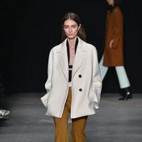 Pantalón camel de Narciso Rodriguez otoño/invierno 2017/2018 en la New York Fashion Week