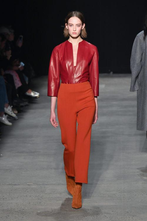 Camisa color rojo intenso de Narciso Rodriguez otoño/invierno 2017/2018 en la New York Fashion Week