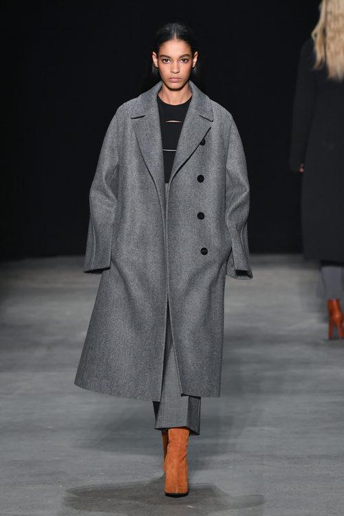 Abrigo gris oversize de Narciso Rodriguez otoño/invierno 2017/2018 en la New York Fashion Week