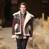 Chaqueta marrón con borrego de Coach otoño/invierno 2017/2018 en la New York Fashion Week