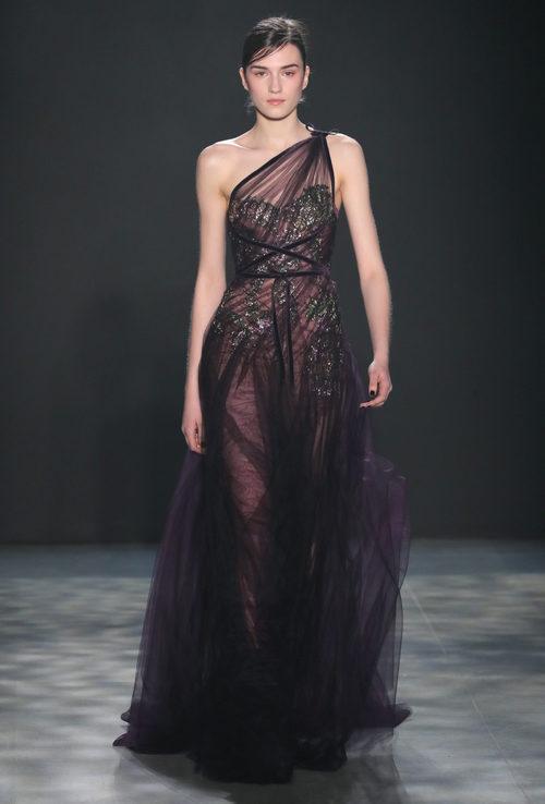 Vestido negro con transparencias de Marchesa otoño/invierno 2017/2018 en la New York Fashion Week