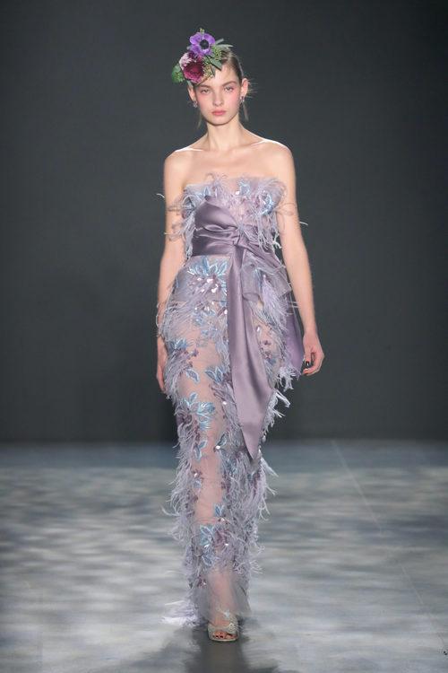 Vestido lila con plumas de Marchesa otoño/invierno 2017/2018 en la New York Fashion Week