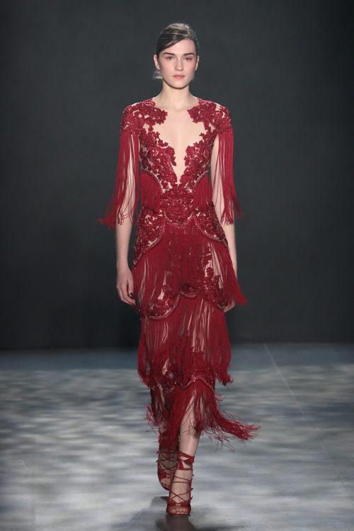 Vestido midi rojo de Marchesa otoño/invierno 2017/2018 en la New York Fashion Week