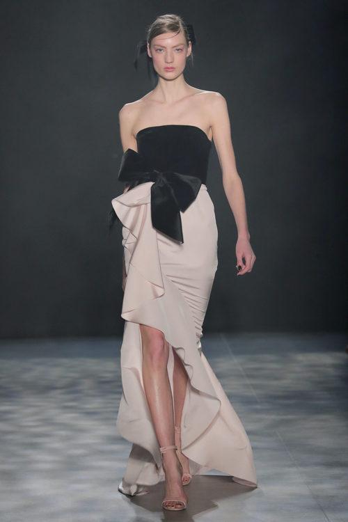 Vestido de corte asimétrico de Marchesa otoño/invierno 2017/2018 en la New York Fashion Week