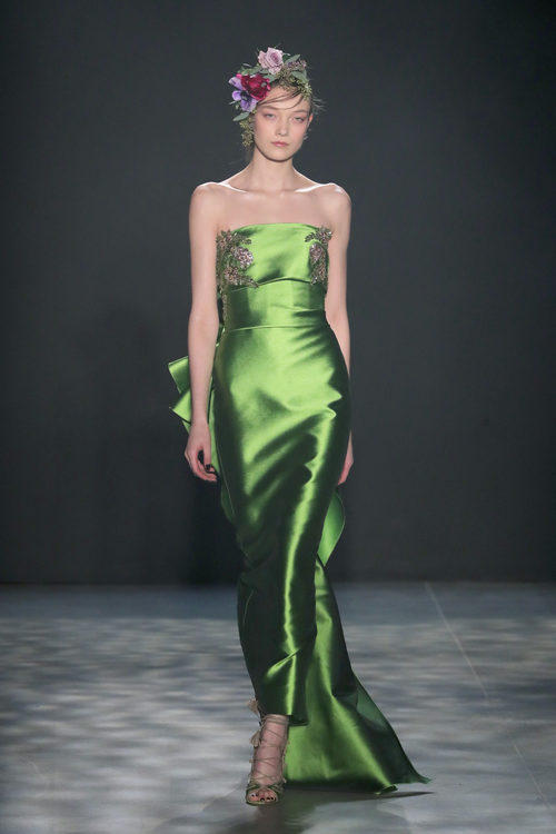 Vestido verde greenery de Marchesa otoño/invierno 2017/2018 en la New York Fashion Week