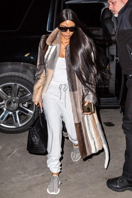 Kim Kardashian con chándal y abrigo de piel en las calles de Nueva York