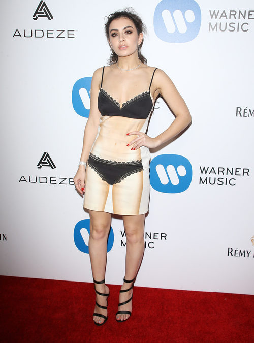 Charli XCX con un vestido de Moschino en la fiesta posterior a los Premios Grammy 2017