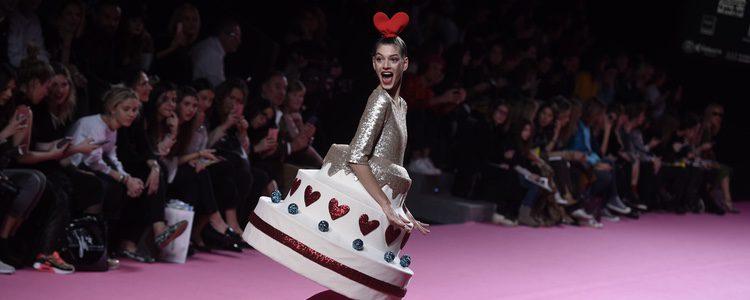 Vestido en forma de tarta de Ágatha Ruiz de la Prada otoño/invierno 2017/2018 en la Madrid Fashion Week
