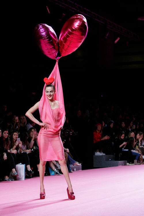 Vestido rosa con globos de Ágatha Ruiz de la Prada otoño/invierno 2017/2018 en la Madrid Fashion Week