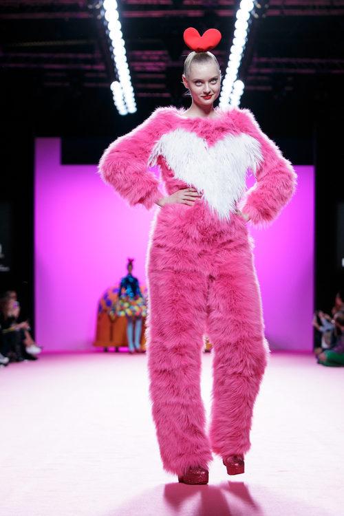 Jumpsuit de tejido de pelo de Ágatha Ruiz de la Prada otoño/invierno 2107/2018 en la Madrid Fashion Week