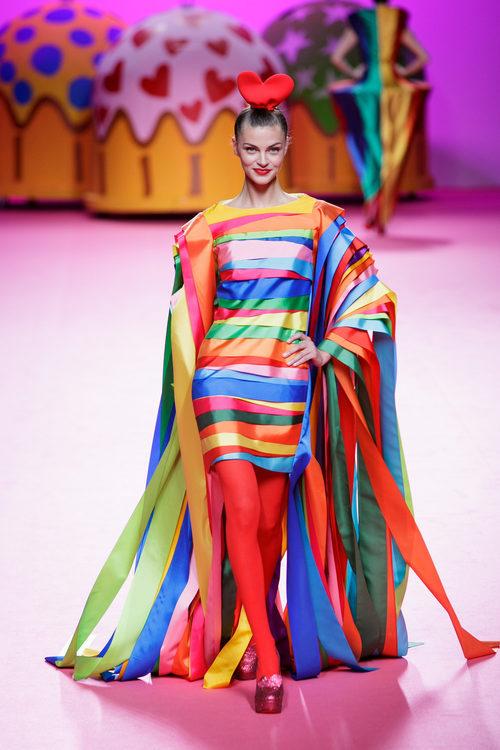 Vestido de varios colores de Ágatha Ruiz de la Prada otoño/invierno 2017/2018 en la Madrid Fashion Week