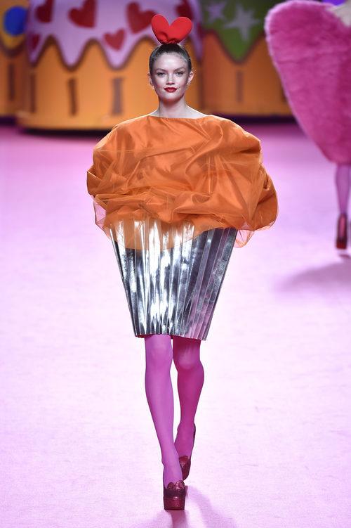 Vestido en forma de muffin de Ágatha Ruiz de la Prada otoño/invierno 2017/2018 en la Madrid Fashion Week