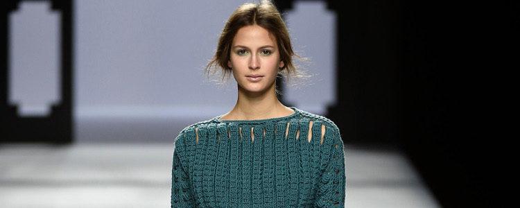 Pantalón gris y jersey de punto verde de Devota & Lomba de la colección otoño/invierno 2017/2018 presentada en Madrid Fashion Week