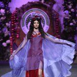 Vestido rojo de terciopelo y capa de gasa de Francis Montesinos para la colección otoño/invierno 2017/2018 presentada en Madrid Fashion Week
