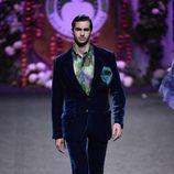 Traje de terciopelo azul de caballero de Francis Montesinos para la colección otoño/invierno 2017/2018 presentada en Madrid Fashion Week