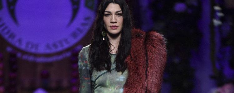 Vestido verde con estola rojo de Francis Montesinos para la colección otoño/invierno 2017/2018 presentada en Madrid Fashion Week