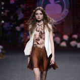 Blusa y falda marrón de Francis Montesinos para la colección otoño/invierno 2017/2018 presentada en Madrid Fashion Week