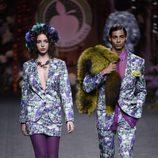 Trajes de mujer y hombres azul con estampado de hortensias de Francis Montesinos para la colección otoño/invierno 2017/2018 presentada en Madrid Fashion We