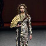 Vestido ceñido estampado de Ion Fiz en su colección otoño/invierno en la Mercedes Benz Fashion Week Madrid