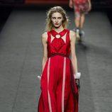 Vestido rojo con cuello cruzado de Ion Fiz en su colección otoño/invierno en la Mercedes Benz Fashion Week Madrid