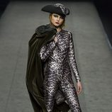 Mono estampado leopardo de Ion Fiz en su colección otoño/invierno en la Mercedes Benz Fashion Week Madrid